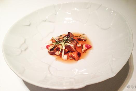Foie gras rustido en algas con caldo de soja fermentada, citronela, cuajada de raifort y sal de avellanas