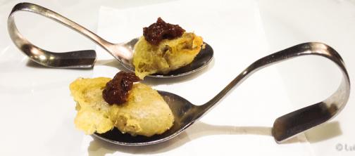 Aperitivo burifarra en tempura con mermelada de cebolla Restaurante Apat Barcelona