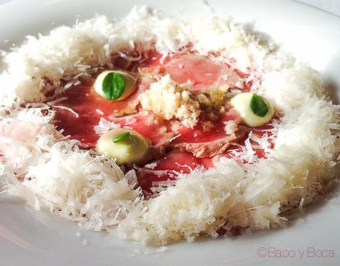 Carpaccio de buey con polvo de macadamia y parmesano con queso la balsa restaurante barcelona