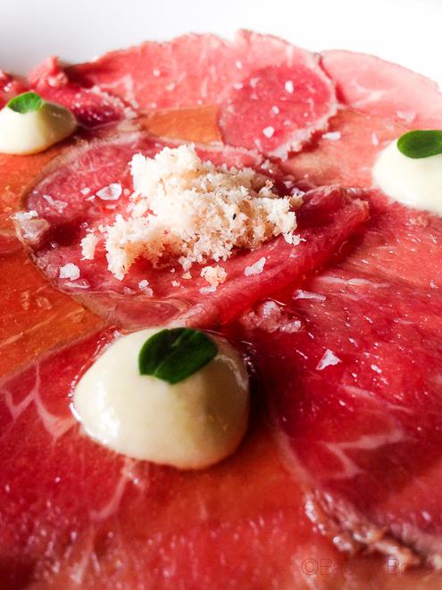 Carpaccio de buey con polvo de macadamia y parmesano la balsa restaurante barcelona