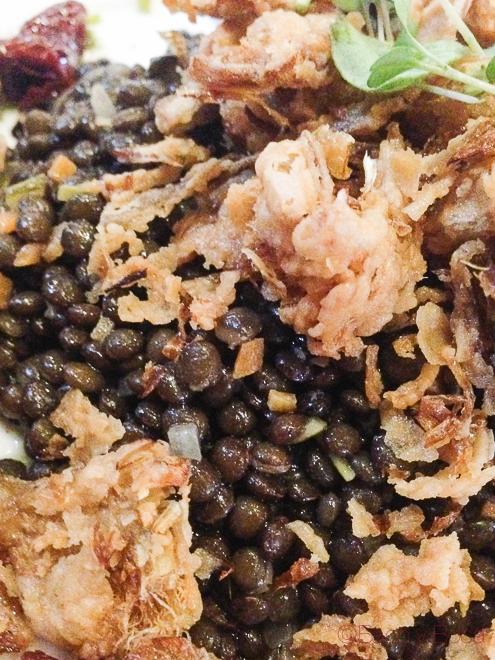 Detalle Ensalada lentejas beluga con foie micuit y alcachofas fritas Dos Torres restaurante Barcelona