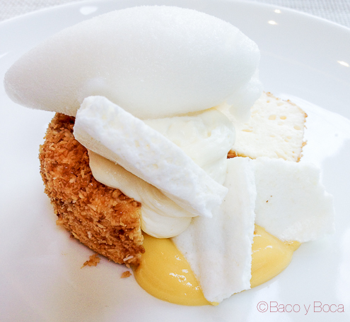 Biscuit glacé de coco caramelizado con fruta de la pasion, mousse de chocolate blanco roca de yogur y sorbete de lichis centonze restaurante barcelona
