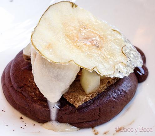 Bizcocho de chocolate foundant con peras confitadas speculoos de cafe y helado de baileys centonze restaurante barcelona