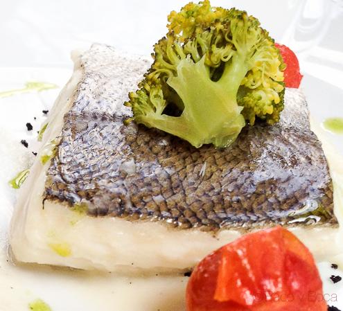 Detalle Suprema de merluza al vapor con pure de coliflor y vainilla y arena de aceitunas centonze restaurante barcelona