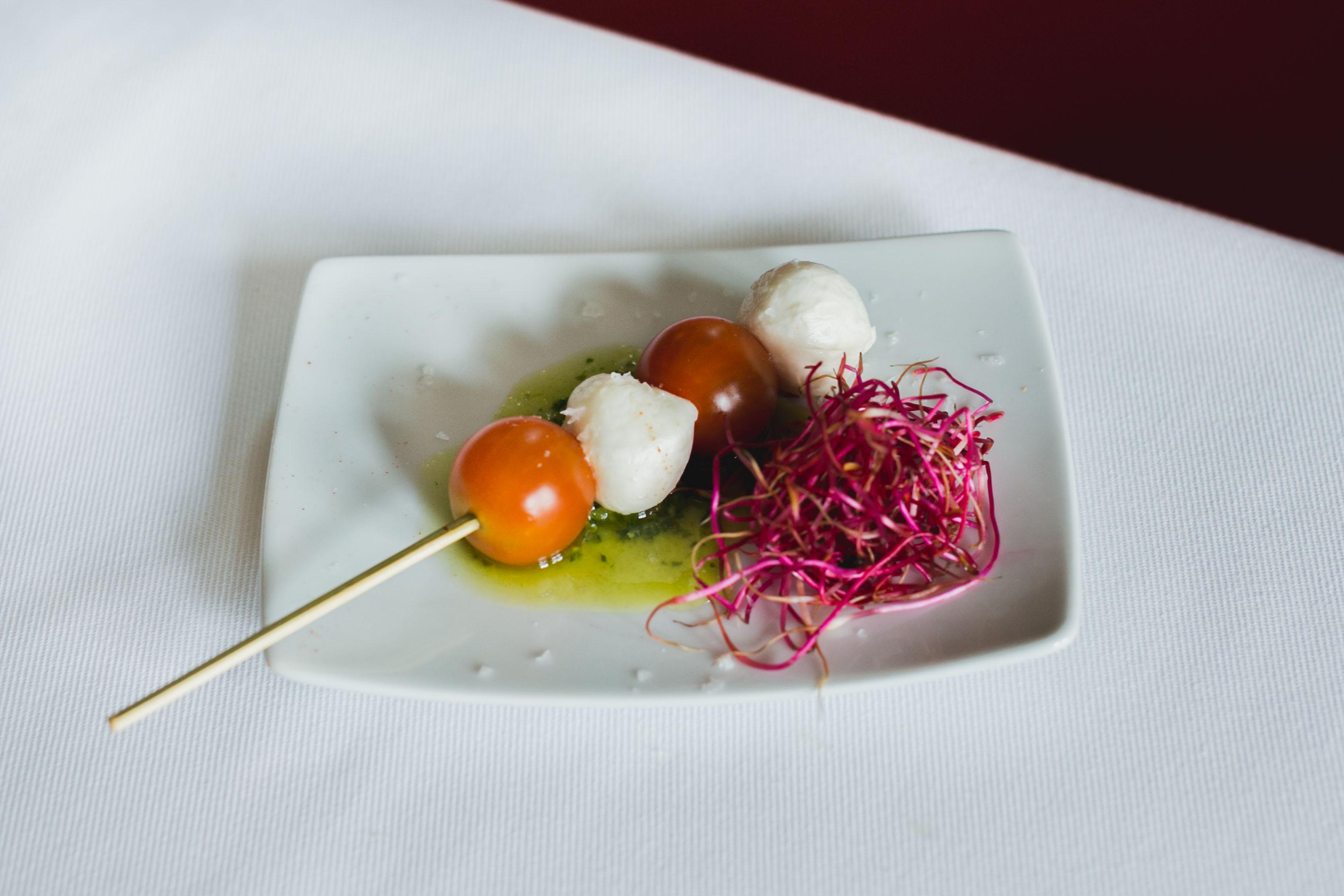 10. (ABRIL) Brocheta de cherry y mozarella al pesto de albahaca