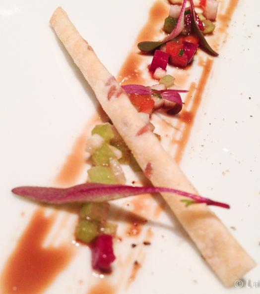 Atún rojo en crudo al balsámico de minestrone fría de verduras, infusión de manzana verde y sorbete de albahaca detalle bastones
