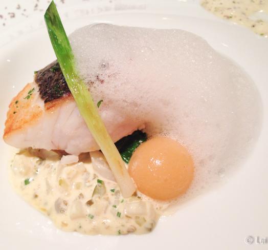 Denton del mediterraneo, bombón líquido de pescado de roca con azafrán y salsa gribiche detalle