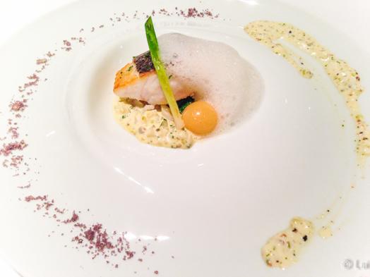 Denton del mediterraneo, bombón líquido de pescado de roca con azafrán y salsa gribiche