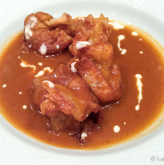Wantan frito relleno de pescado en salsa de gambas