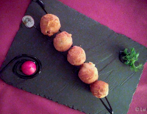 Croquetas de la casa- chistorra, manzana golden, albahaca fresca, tomate emulsionado y sal de apio