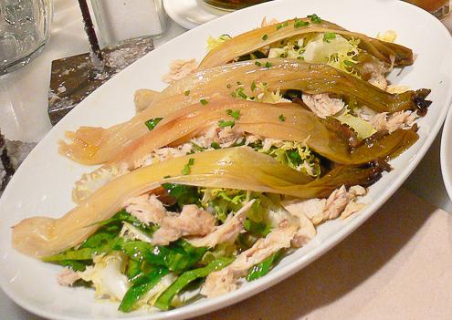 Ensalada de Calçots en el filete Ruso restaurante Barcelona
