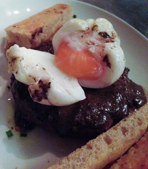 Hamburguesa de entrecot con huevo poche y trompetas de la muerte en El filete Ruso Restaurante Barcelona