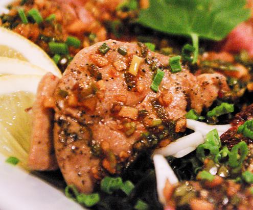 Magret de pato Tataki con foie Bun Sichi restaurante japones barcelona