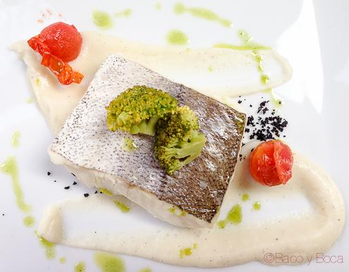 Suprema de merluza al vapor con pure de coliflor y vainilla y arena de aceitunas centonze restaurante barcelona