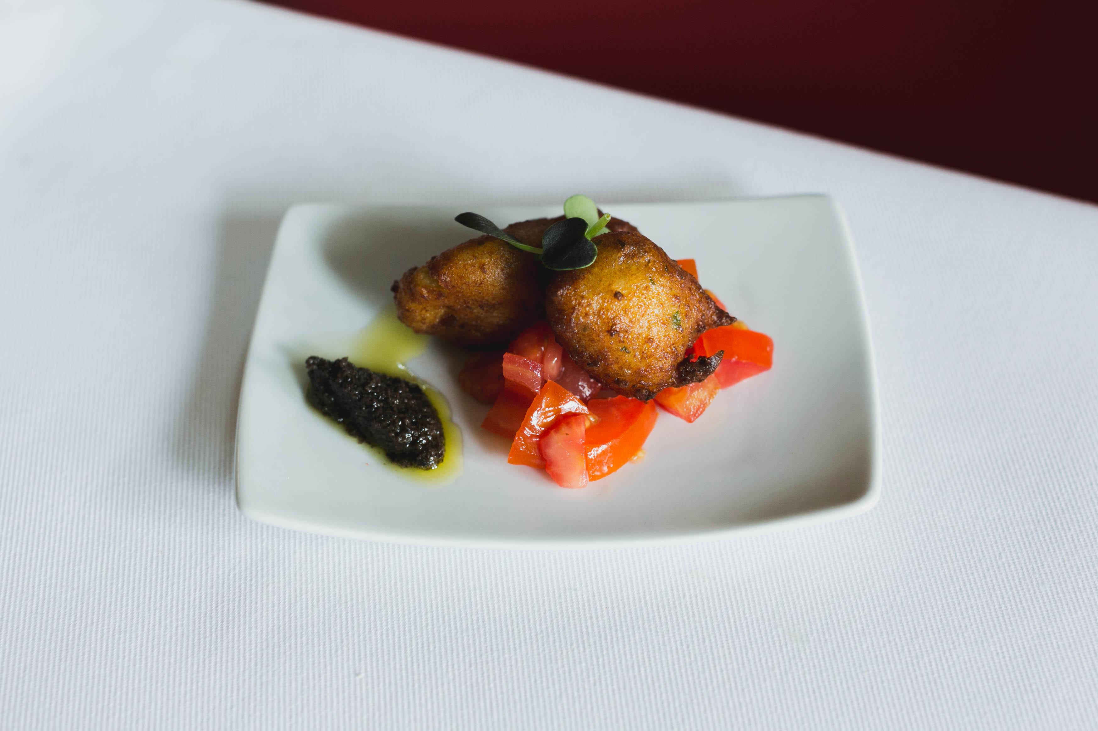 11. (MAYO) Buñuelo de bacalao con mermelada de tomate dulce