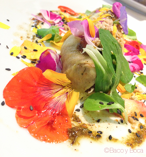Canelón de manzana relleno de botifarra de perol y Pesto de flores la calendula baco y boca