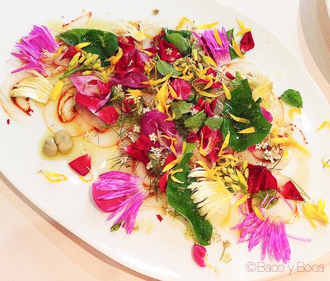 Carpaccio de Sepia con pimientos rojo, habitas hierbas y flores del campo la calendula girona baco y boca