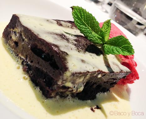 Pastel esponjoso de chocolate con crema de vainilla y helado de frambuesa la calendula baco y boca