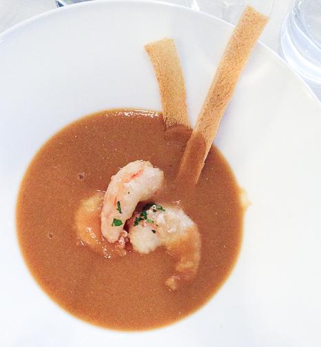 Crema ligera galeras al perfume de manzanilla con langostinos en tempura bacoyboca